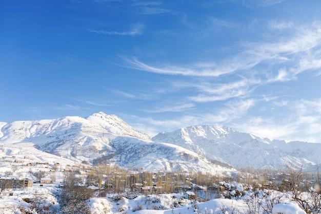 冬のウズベキスタンの山々の素晴らしい冬の風景