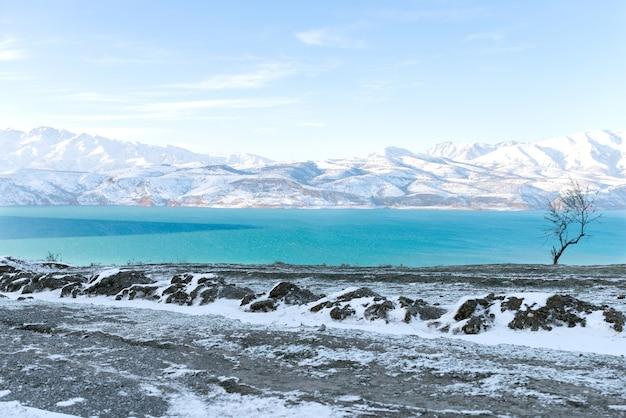 Удивительный зимний пейзаж гор тянь-шаня и чарвакского водохранилища в ясный зимний день