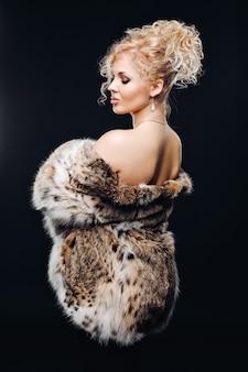 Lynxの毛皮のコートを着た素晴らしい女性。
