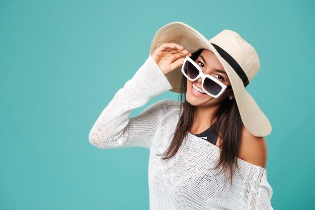 Удивительная молодая веселая дама в шляпе и очках