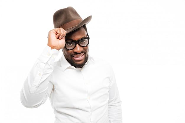 Incredibile giovane uomo che indossa occhiali e cappello