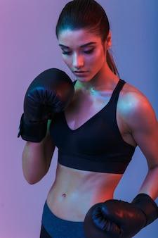 놀라운 젊은 스포츠 여자 복서