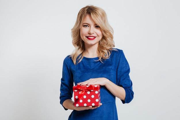 선물 상자를 들고 놀라운 젊은 여자