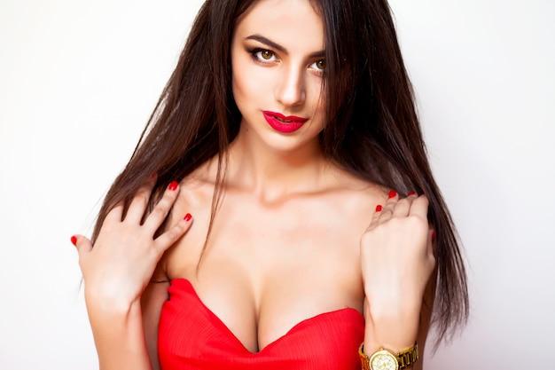 놀라운 젊은 여자 빨간 드레스와 메이크업