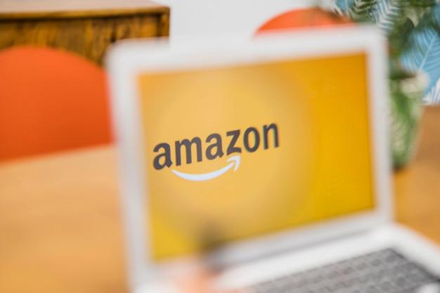 Ноутбук с сайтом amazon на столе