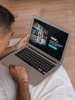 Amazon премьер видео приложение на ноутбуке в спальне