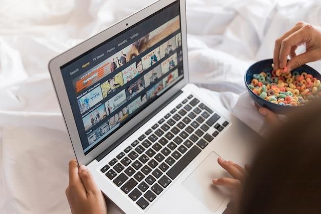 寝室にあるラップトップのamazonプライムビデオアプリ