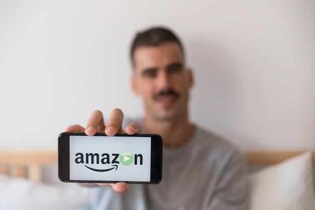 Основное приложение для видео amazon на смартфоне в спальне