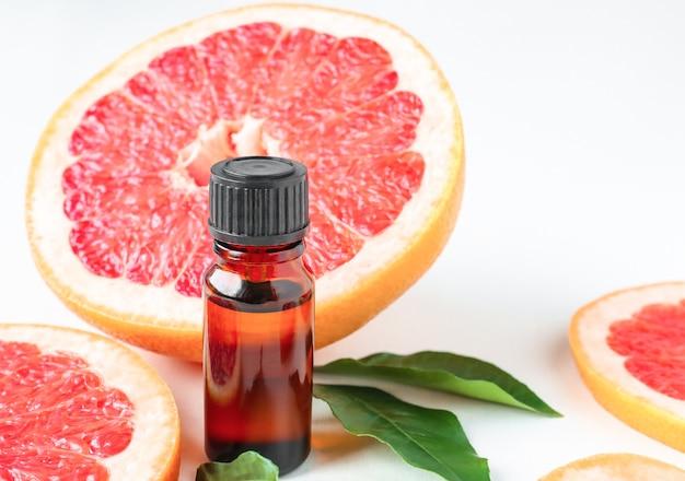 柑橘系グレープフルーツオイル入りの琥珀色のボトル医療目的でのアロマセラピー液の使用