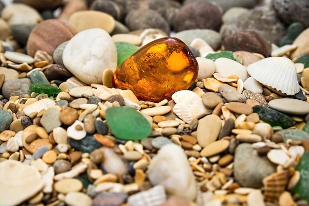 Янтарный камень на пляже из гальки
