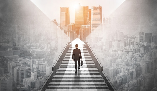 Амбициозный деловой человек поднимается по лестнице к успеху.
