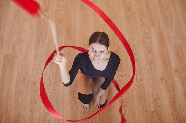 Амбициозная ритмичная танцовщица с гимнастической лентой