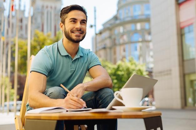 Амбициозный молодой человек работает на террасе