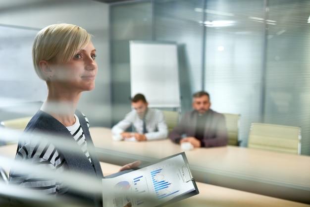 Амбициозная молодая женщина, ведущая деловую встречу