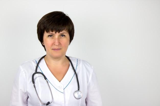 救急車、心臓病学、ヘルスケア。聴診器を指して白衣を着た医師。ヘルスケアと患者、失敗と病気の概念。