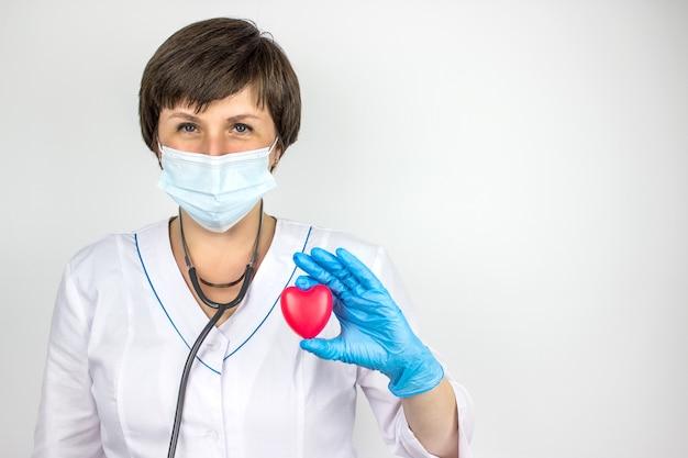 救急車。心臓病ヘルスケア。手に赤いハートの形を持っている医師。ヘルスケアと患者、失敗と病気の概念。