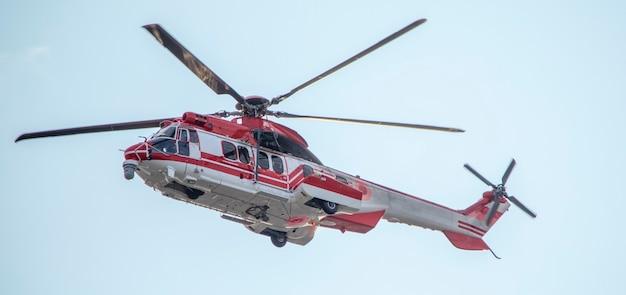 하늘 배경에 구급차, 군 또는 민간 헬리콥터.