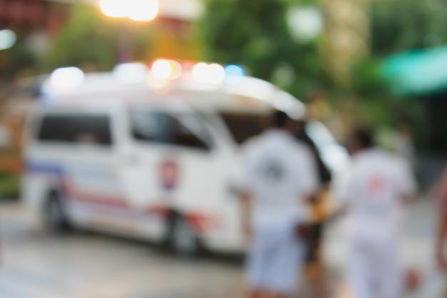 緊急通報に対応する救急車の背景がぼやけている