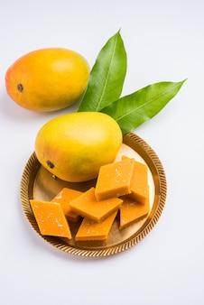 Ambyachi vadi или манго-бурфи, или барфи, или пирог из индии, приготовленный с использованием настоящих фруктов альфонсо, смешанных с койей. подается в тарелке, выборочный фокус