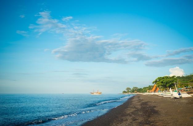 Амед черный песчаный пляж