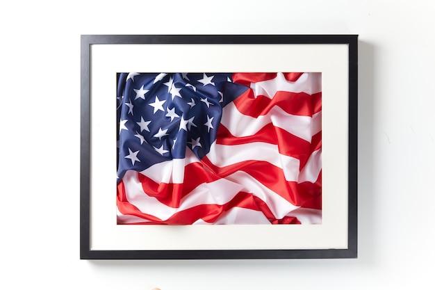 アメリカの国旗とテキストのコピースペースとフォトフレームの背景。愛国的な休日の概念