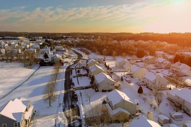 미국 평화로운 풍경 눈 주거 주택과 거리에서 놀라운 겨울 일몰 풍경