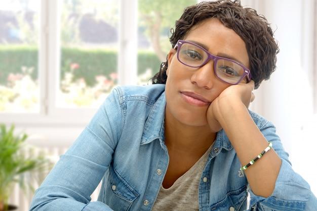 Американская африканская деловая женщина устала в своем кабинете