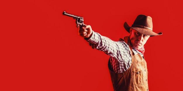 마스크를 쓴 미국 산적, 모자를 쓴 서부 남자. 카우보이 모자, 총을 착용하는 남자. 서쪽, 총. 카우보이의 초상화입니다. 아메리칸 카우보이. 모자를 쓴 카우보이. 서양 생활.
