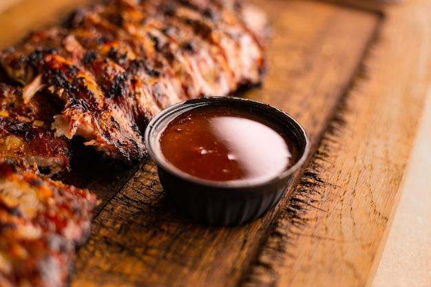 미국식 바베큐 고기 나무 책상에 자른 맛있는 바베큐 갈비 구이 립아이 스테이크 고기 그릴링