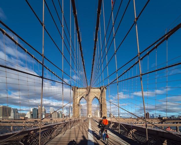 ブルックリン橋を走るアメリカの自転車