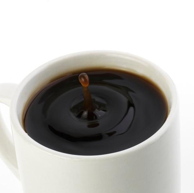 Капля американского черного кофе, изолированные на белом фоне