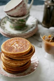 미국식 아침 식사, 브런치, 점심 식사, 땅콩 버터와 바나나를 곁들인 식사 팬케이크가 흰색 냅킨 위에 올려 져 있습니다. 채식주의 자 음식 개념