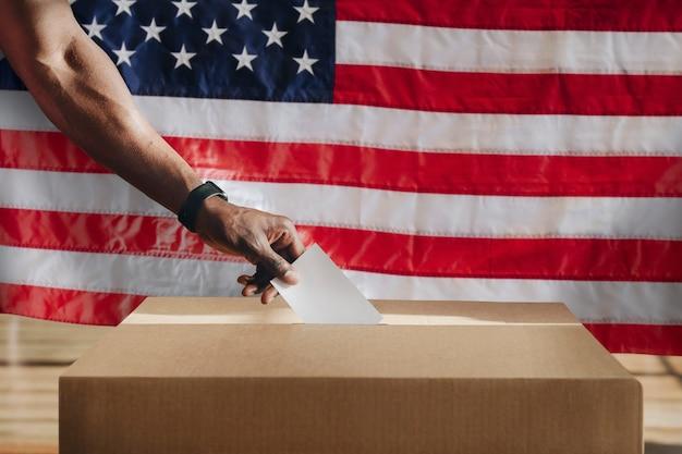투표함에 투표하는 미국인