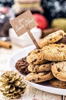 アメリカのクリスマスの伝統、プレート上のサンタクロースのクッキー、英語のテキスト付き:サンタクロースの場合