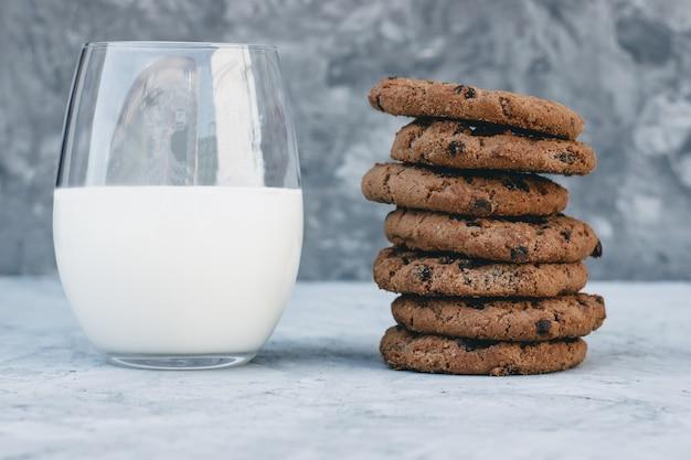 朝食用のアメリカンクッキーと自家製牛乳のグラス。