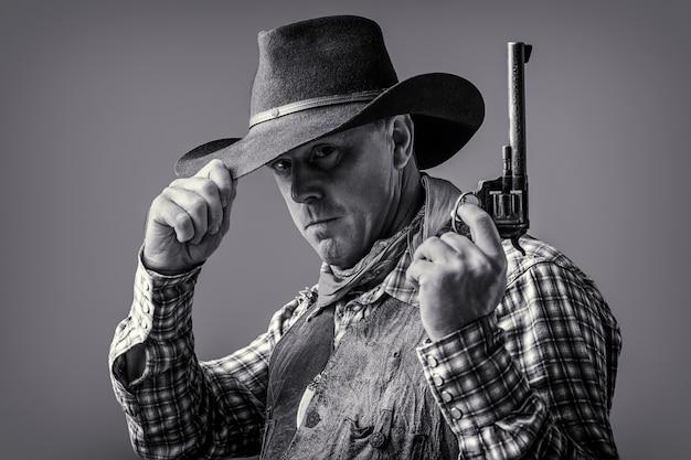 아메리칸 카우보이. 모자를 쓴 카우보이. 서양 생활. 카우보이 모자를 쓴 남자. 마스크를 쓴 미국 산적, 모자를 쓴 서부 남자. 카우보이 모자, 총을 착용하는 남자. 서쪽, 총. 카우보이의 초상화