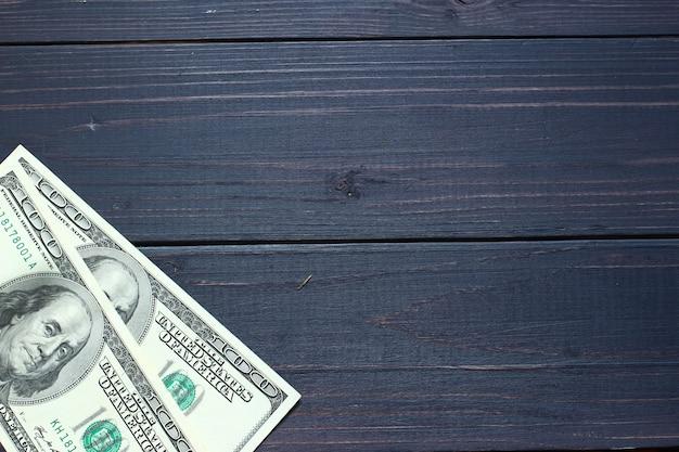 Американские долларовые деньги на темном фоне и место для текста