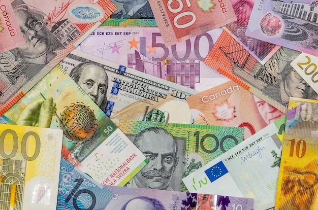 Американские доллары, европейские евро, швейцарские франки, канадские доллары, австралийские долларовые купюры