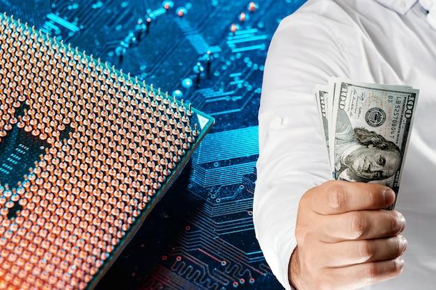 인쇄 회로 기판, 전자 반도체 미세 회로의 배경에 손에 미국 달러. 전자 화폐, 블록체인, 암호화폐의 개념.