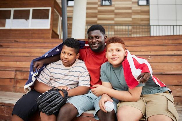スタジアムのベンチでアメリカの家族
