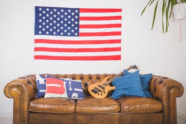 ソファーの上のアメリカの旗