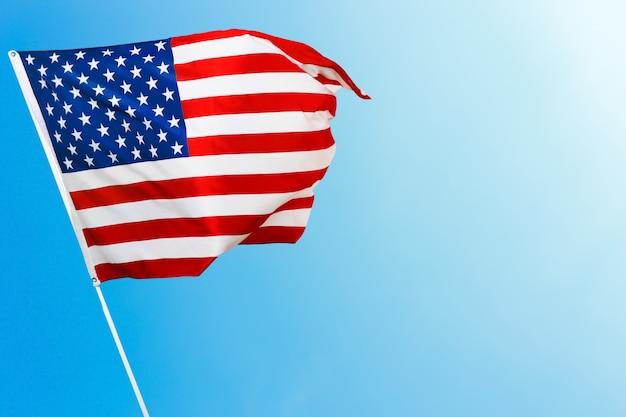 青い空を背景にアメリカの国旗