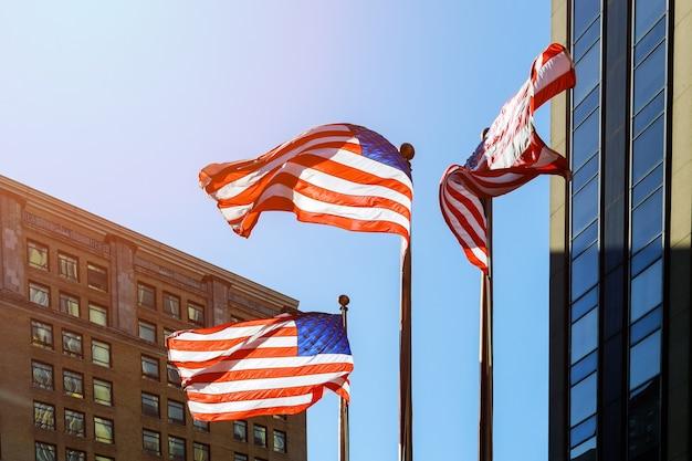 밝은 푸른 하늘에 대 한 미국 국기 하늘과 고층 빌딩에 대 한 미국 국기