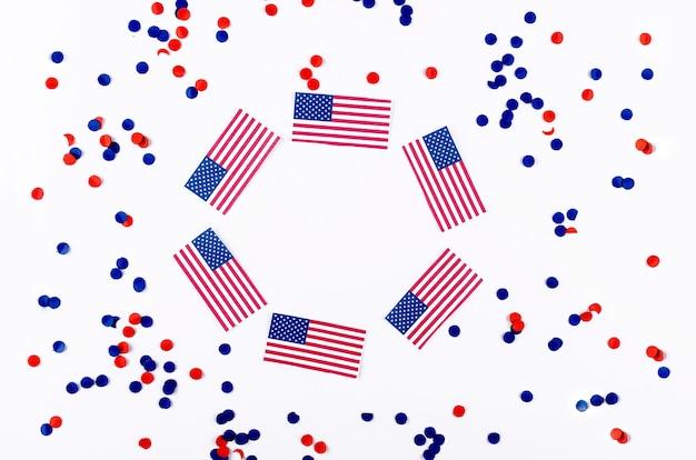 Американский флаг и конфетти в национальных цветах америки на белом фоне