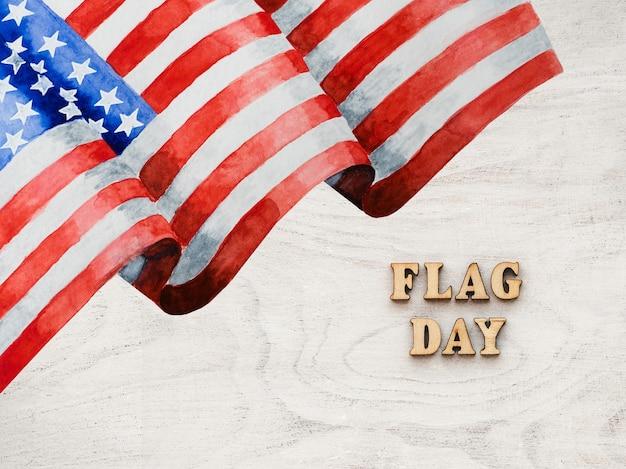 밝은 나무 배경에 미국 국기와 깃발의 날 텍스트