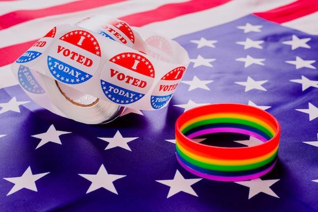 미국 정치 선거에서 메시지로 미국 국기와 게이 프라이드 무지개 팔찌.