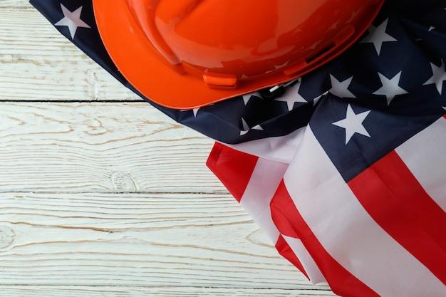 Американский флаг и каска на белом деревянном