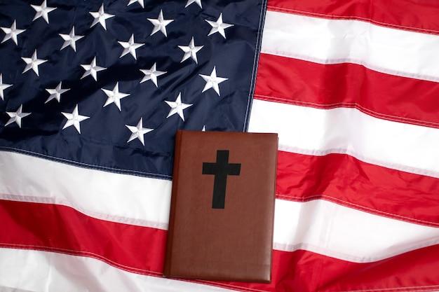 미국 국기와 십자가가 있는 성경.