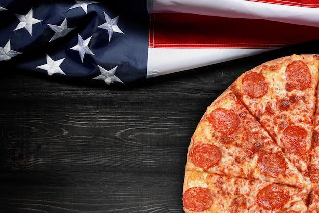アメリカの国旗とピザのテキスト