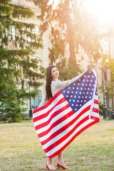 Американский флаг и женщина июля